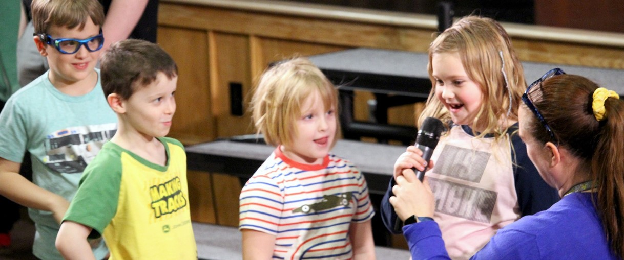 Elementary students talk to teacher (2020)