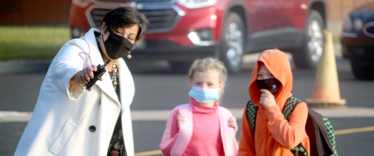Superintendent and students with masks (9/2020)